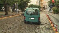 снимка 5 Лек автомобил пропадна в голяма дупка във Варна