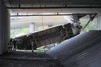 снимка 5 Автобус падна от мост във Варшава. Има загинал и пострадали (Снимки)