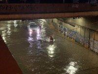 снимка 1 Мощна буря в София: Наводнени улици и закъсали коли