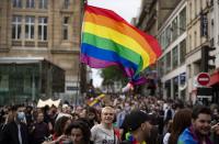 """""""Политически"""" гей парад събра хиляди в Париж"""