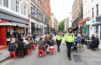 Полицията призова британците да останат внимателни след отварянето на пъбовете