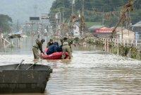 13 са в неизвестност след наводненията на японския остров Кюшу