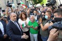 снимка 1 Румен Радев пред протестиращите: Да изхвърлим мафията от изпълнителната власт и прокуратурата