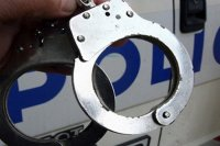 Криминално проявен бургазлия с белезници на бензиностанция