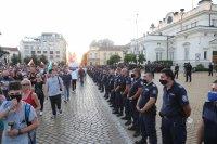 МВР: Участници в митинга замеряха полицаите от кордона с бутилки и яйца