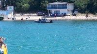 Протестиращи опитват да стигнат и по вода до плажа в парк Росенец
