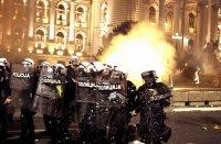 Ожесточени сблъсъци пред Скупщината в Белград (Снимки)