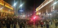 Осми ден на протеста: Жив щит от граждани между полицаи и протестиращи, за да няма провокации