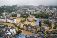 Огромни територии в Китай са под вода. Армията спешно издига диги