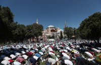 """Първа мюсюлманска молитва от 86 години в """"Света София"""" в Истанбул"""