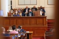 Парламентът обсъди вота на недоверие на фона на протести пред сградата (ОБЗОР)