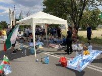 Вече 25 часа пътят Стара Загора - Хасково е блокиран. Протестиращи разпънаха палатки