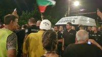 24-та вечер антиправителствени протести. Полиция блокира бус на майките от автошествието