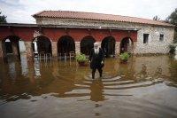 снимка 3 Пет жертви на наводнения в Гърция, евакуират хора с лодки и хеликоптери