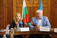 Министър Николова: Анализира се как да бъдат облекчени ограниченията за влизащи у нас туристи