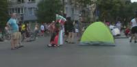 Протестиращите във Варна разпънаха палатки на булеварда пред Общината