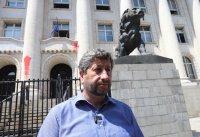 Разпитаха Христо Иванов заради хвърлянето на боя по Съдебната палата