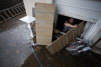 снимка 1 Пет жертви на наводнения в Гърция, евакуират хора с лодки и хеликоптери