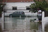 снимка 2 Пет жертви на наводнения в Гърция, евакуират хора с лодки и хеликоптери