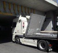Товарен влекач се заклещи под мост в Пловдив