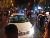 Протестиращи счупиха стъклото на автомобил с жена и децата й