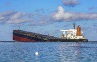 Танкерът на Мавриций се разцепи на две след петролния разлив