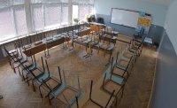 Учениците влизат в клас, годината ще започне присъствено