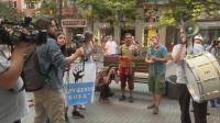 Протестиращи поднасят цветя на областния управител на София