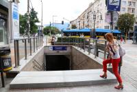 Бетонни плочи на входа на метрото - решение срещу дъждовете или пречка за хората?