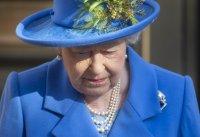 Кралица Елизабет видя внуците си през стъкло
