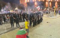 56-а вечер на протест в София: Напрежение, сблъсъци, хвърляне на бомби. Полицаите разположиха водно оръдие (ОБЗОР)