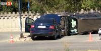 Кола се преобърна на светофар във Велико Търново