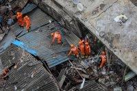 снимка 2 Най-малко 10 души загинаха след срутване на сграда в Индия