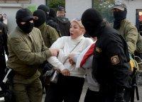 Задържаха стотици жени на поход срещу Лукашенко
