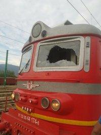 Машинист и помощникът му пострадаха, след като вандали счупиха стъклото на локомотива на бързия влак София-Бургас