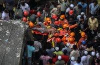 снимка 5 Най-малко 10 души загинаха след срутване на сграда в Индия