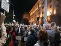 снимка 1 76-а вечер на протест в София: Напрежение между протестиращи и полиция пред старата сграда на парламента