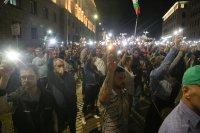 снимка 3 76-а вечер на протест в София: Напрежение между протестиращи и полиция пред старата сграда на парламента