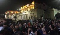 76-а вечер на протест в София: Напрежение между протестиращи и полиция пред старата сграда на парламента