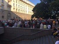 снимка 11 76-а вечер на протест в София: Напрежение между протестиращи и полиция пред старата сграда на парламента