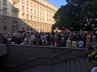 снимка 10 76-а вечер на протест в София: Напрежение между протестиращи и полиция пред старата сграда на парламента