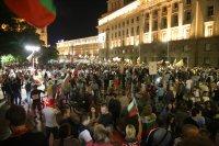 снимка 4 76-а вечер на протест в София: Напрежение между протестиращи и полиция пред старата сграда на парламента