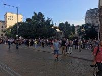 снимка 8 76-а вечер на протест в София: Напрежение между протестиращи и полиция пред старата сграда на парламента