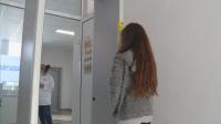 Терморамка мери температурата на ученици от гимназия в Суворово