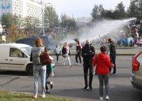 Полицията използва водно оръдие срещу демонстранти в Минск