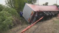 Катастрофа между лека кола и тир: Шофьор е в болница с тежки наранявания