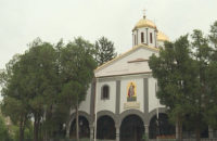 Срам и падение: Свърталище на бездомни и наркомани пред църквата в Дупница