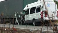 Основна версия за тежката катастрофа: Шофьорът на микробуса е заспал зад волана