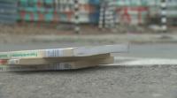 Ученици ровят в кофите, за да запазят изхвърлени учебници