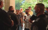 По 500 лева глоба за замерянето с яйца срещу сградата на Областната управа в Пловдив